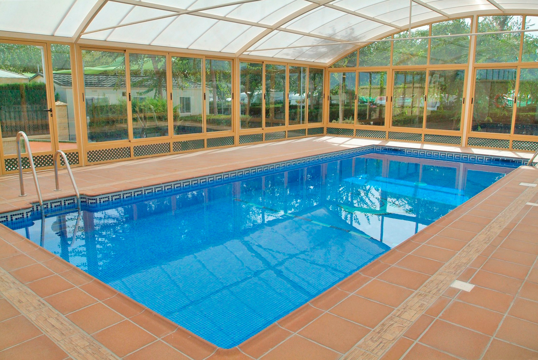 piscina climatizada camping almanat